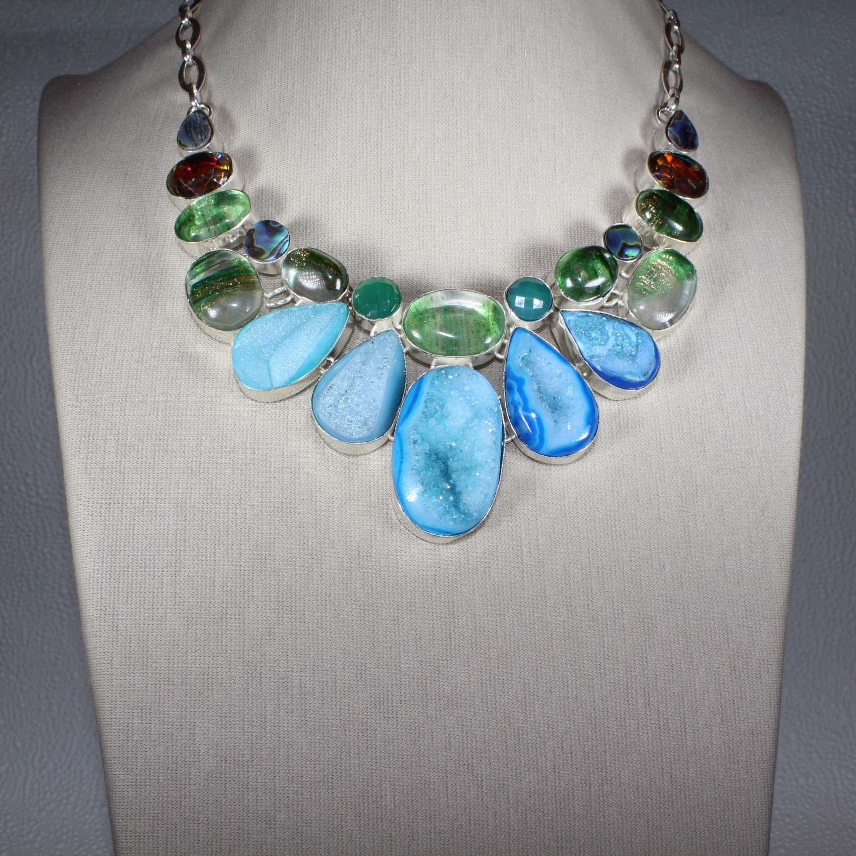 Ожерелье из голубой друзы мистик